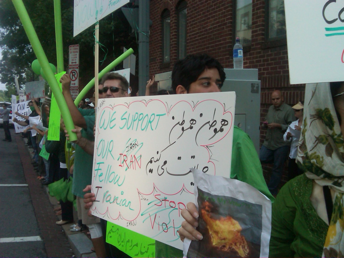 Nearly 1,000 Iranians ask for democracy in fron of Iranian interests section in Washington, DC