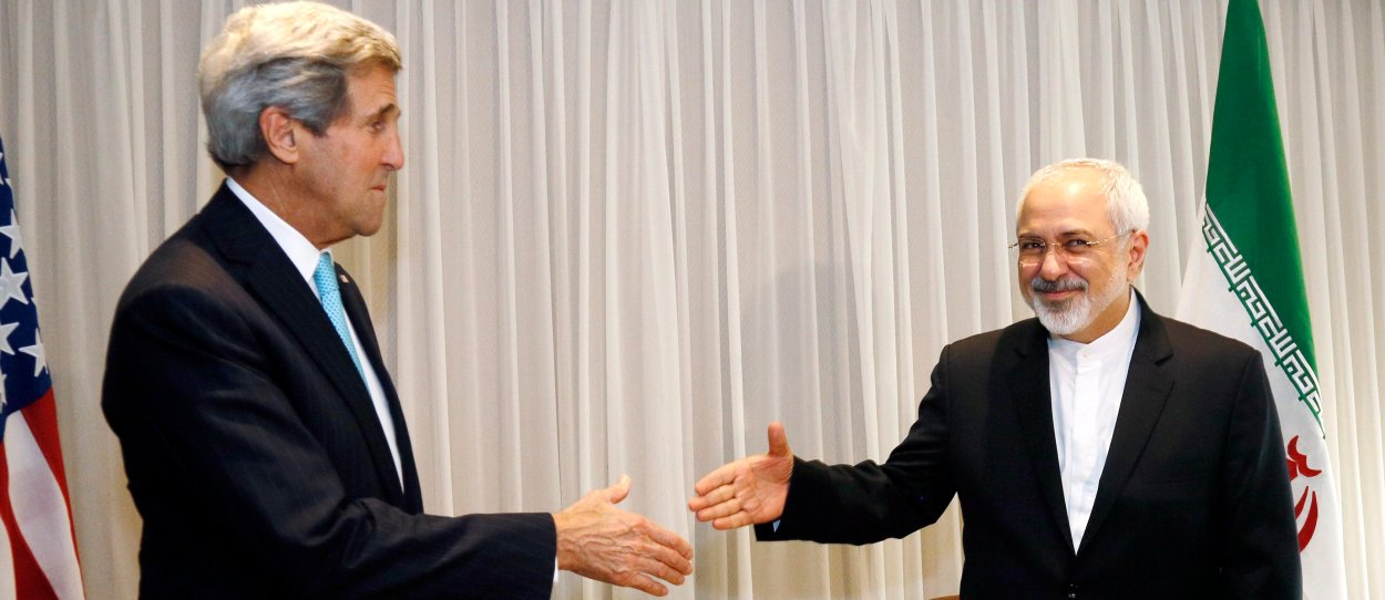 U.S. Secretary of State John Kerry shakes hands with Iranian Foreign Minister Mohammad Javad Zarif before a meeting in Geneva January 14, 2015. Zarif said on Wednesday that his meeting with Kerry was important to see if progress could be made in narrowing differences on his country's disputed nuclear program.  REUTERS/Rick Wilking (SWITZERLAND - Tags: POLITICS) - RTR4LDZW